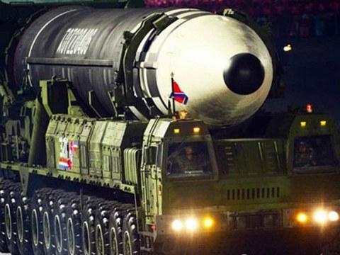 북한이 노동당 창건 75주년 기념 열병식에서 공개한 미 본토를 겨냥할 수 있는 신형 대륙간탄도미사일(ICBM).