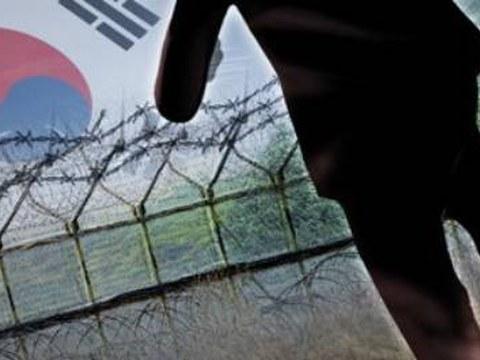 북한 남성  한 명이 지난달 초 강원도 최전방 GOP(일반전초) 이중철책을 넘어 남측으로 내려왔다.