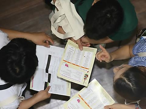 남북하나재단 주최로 열린 '2015학년도 탈북청소년 대학입시박람회'를 찾은 학생들이 참가대학 안내책자를 살펴보고 있다.