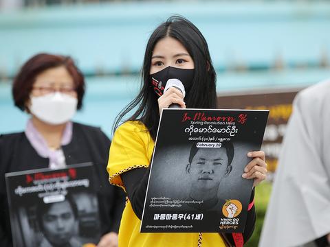 광주 동구 5·18 민주광장에서 재한 미얀마인이 자국 군부의 쿠데타를 규탄하고 미얀인들의 민주화 시위를 지지해 달라고 호소하고 있다.