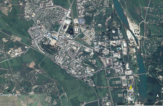 영변 핵 단지의 서쪽 지역에서 진행 중인 아파트 건설 공사. 2014년부터 현재까지 15채의 아파트가 지어졌다. 핵 단지나 연구센터 등에서 일하는 근로자를 위한 아파트로 추정된다.