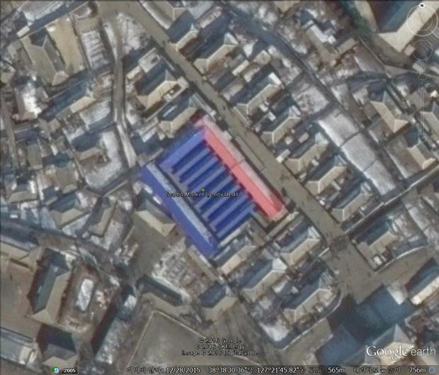 강원도의 세포 시장. 지난해 파란색과 빨간색 지붕을 덮고 시장의 현대화에 나섰다. 이처럼 시장의 확장, 보수 비용은 시장에서 장사하는 북한 주민이 부담했을 것으로 추정된다.