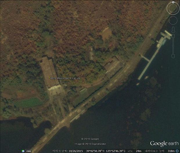 요트를 수리하거나 보관 ․  관리하는 곳. 위성사진 분석 결과 평양에 위치한 이 시설은 요트를 보관할 수 있는 유일한 장소이며, 김 씨 일가의 주택과 초대소 인근에 위치해 있다. 사진-구글 어스 캡쳐/커티스 멜빈 제공