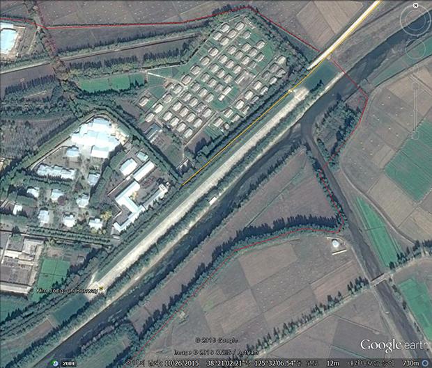 황해남도 신천초대소에 새로 만들어진 김정은 전용활주로. 약 600m 길이로 2015년 1월부터 10월 사이에 완공됐다. 사진-구글 어스 캡쳐/커티스 멜빈 제공