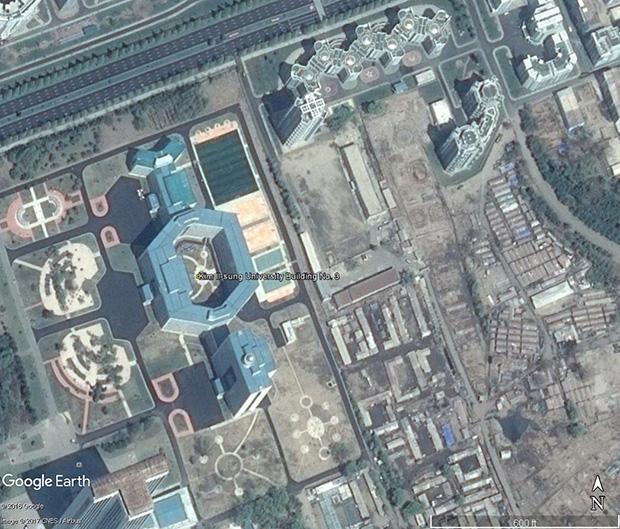 '여명거리'건설 사업과 함께 완공된 '김일성종합대학 3호 교사'. 2006년에 건축을 시작한 이후 오랫동안 진전되지 못하다가 여명거리 건설 사업과 함께 완공됐다. 북한의 조선중앙TV는 10일, 이 건물의 완공과 함께 개교 사실을 보도했다.