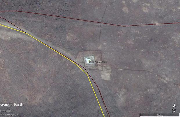 수용소의 경계선을 따라 동쪽과 남쪽, 서쪽에 모두 6개의 새 경비초소가 세워졌다. 초소를 잇는 경계선에는 철조망도 세워진 것을 확인할 수 있다. 사진-구글 어스 캡쳐/커티스 멜빈 제공