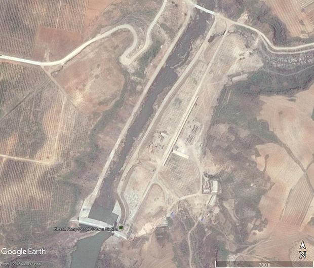 강원도에 최근 완공한 것으로 보이는 '고산군민발전소'. 인근 과수원과 세포등판 사업에 전력을 공급할 것으로 예상된다. 북한은 전력 문제 해결을 위해 전국에 걸쳐 수력발전소를 건설하고 있으며, 화력발전용 석탄 확보에도 주력하고 있다. (2017년 5월 19일 촬영)