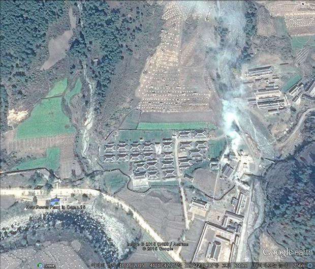 새 수력발전소 옆 공장에서는 연기가 나고 있다. 탄광 작업이 계속 이뤄지고 있음을 알 수 있다. 사진-구글 어스 캡쳐/커티스 멜빈 제공