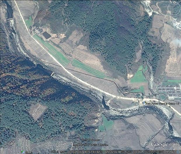 수용소 안에 새로 지어진 수력발전소. 북서쪽에 새로 지은 댐으로부터 물을 끌어와 발전기를 돌려 전기를 생산하고 수용소 내 전력을 담당할 것으로 보인다. 사진-구글 어스 캡쳐/커티스 멜빈 제공