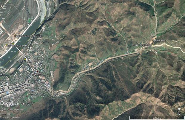 북측에서는 만포시에서 자강도의 행정도시인 강계를 잇는 도로 공사가 진행 중이다. 북한은 만포와 강계를 잇는 도로 확장과 포장 공사를 통해 평양부터 강계를 지나 만포를 거쳐 지안까지 이르는 도로를 갖게 된다. 또 이는 북중 간 경제교류에 도움을 줄 것으로 예상된다.   사진-구글 어스 캡쳐/커티스 멜빈 제공