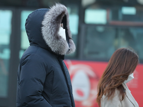 서울 광화문 네거리에서 직장인들이 두꺼운 방한복을 입고 출근하고 있다.