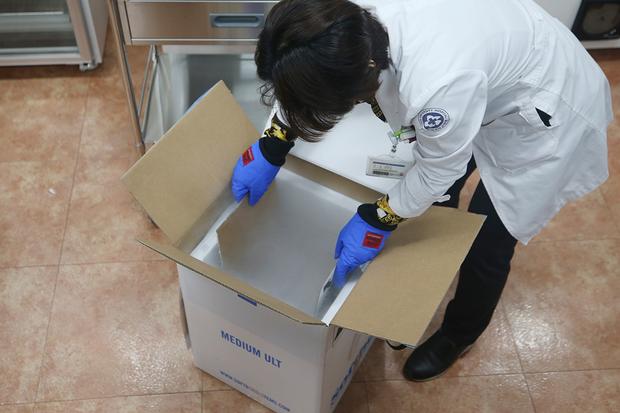 26일 권역 예방접종센터가 차려진 광주 동구 조선대병원 의성관에서 의료진이 초저온 상태로 배송된 신종 코로나바이러스 감염증(코로나19) 예방 백신(화이자)이 들어있는 상자를 열고 있다.