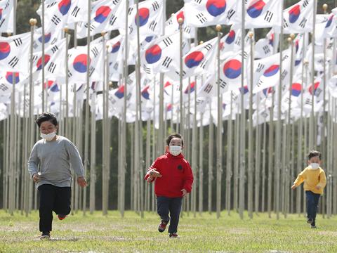 제99회 어린이날인 5일 오전 충남 천안 독립기념관을 방문한 어린이들이 태극기 아래에서 뛰어놀고 있다.