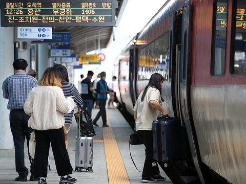 추석 연휴를 앞둔 17일 오후 광주송정역에서 시민들이 열차에 탑승하고 있다.