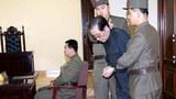 북한은 지난해 12월 12일 국가안전보위부 특별군사재판을 열어 장성택에게 '국가전복음모의 극악한 범죄'로 사형을 선고하고 이를 바로 집행했다. 양 손을 포승줄에 묶인 장성택이 국가안전보위부원들에게 잡힌 채 법정에 서 있다.