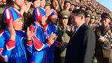 북한 김정은 국무위원장이 정권수립 73주년 열병식 참가자들과 기념사진을 촬영하는 모습.