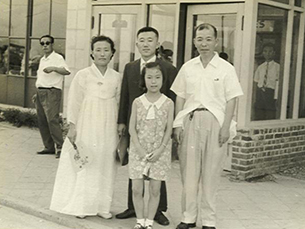최연홍 씨가 1967년 김포공항을 떠나오던 날 가족과 함께 기념사진.