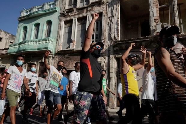 쿠바 수도 아바나에서 지난 11일 반정부 시위대가 구호를 외치고 있다.