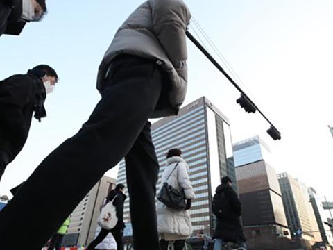 2021년의 새해 첫 출근날인 4일 오전 서울 세종로사거리에서 시민들이 각자의 일터로 향하고 있다.