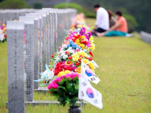 경북 영천시 국립영천호국원 6.25 참전용사 묘역에서 유족들이 참배하고 있다.