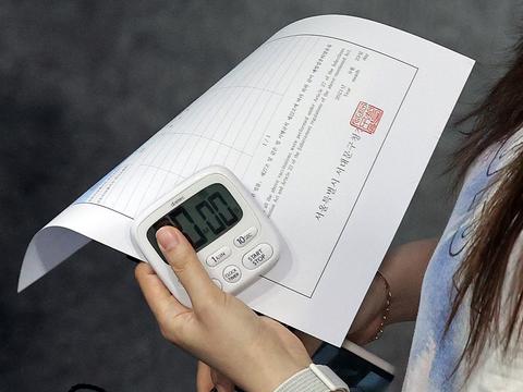 23일 서울 서대문구 북아현문화체육센터에 마련된 코로나19 백신접종센터에서 백신 접종을 마친 시민이 이상 반응 관찰이 끝난 뒤 접종 증명서를 들고 센터를 나서고 있다.