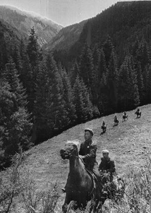 1969년 중국 병사들이 말을 타고 소련과 분쟁 중인 국경지역을 순찰하고 있다.