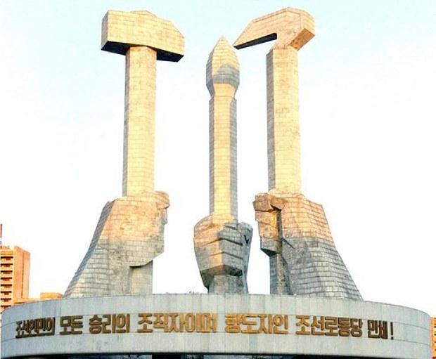 사진은 평양의 당창건기념탑.