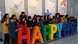 한반도통일미래센터를 둘러본 통일부 어린이기자단이 통일 한반도를 경험한 기념으로 'HAPPY 통일'을 배경으로 사진을 찍고 있다.