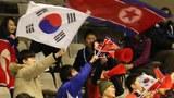 지난 20일 일본 삿포로 마코마나이 실내 빙상장에서 열린 2017 삿포로 동계아시안게임 쇼트트랙 남자 500m 예선전. 남북 응원단이 태극기와 인공기를 흔들며 함께 응원하고 있다.