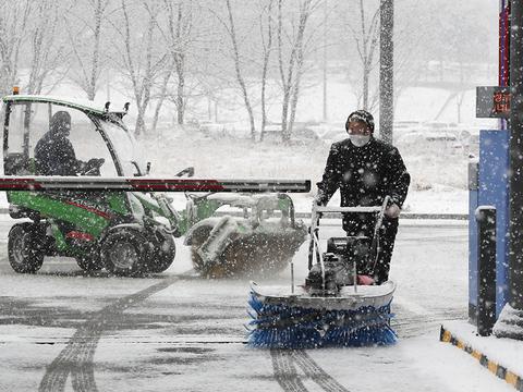 눈 내리는 18일 오전 세종시 정부세종청사에서 관계 공무원들이 제설작업을 하고 있다.