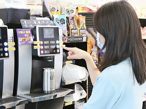 사진은 편의점에서 텀블러에 커피를 담는 고객.