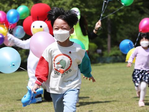 경기도 수원시 장안구 경동원에서 원아들이 경기사회복지공동모금회 직원들과 함께 환하게 웃으며 달리기를 하고 있다.
