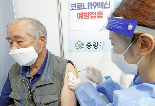 서울 중랑문화체육관에 마련된 신종 코로나바이러스감염증(코로나19) 접종센터에서 한 시민이 백신 접종을 받고 있다.