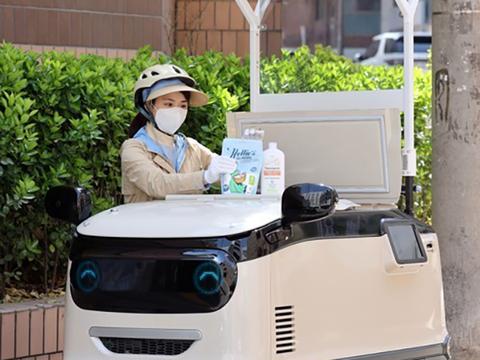 서울 서초구 일대에서 프레시 매니저(일명 야쿠르트 아줌마)가 탑승형 전동 냉장카트 코코 3.0에 고객에게 배송할 밀키트와 화장품, 생활용품 등을 정리하고 있다.