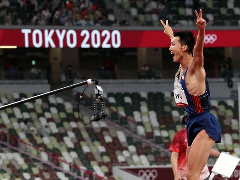 도쿄올림픽 남자 높이뛰기 우상혁이 1일 도쿄 올림픽스타디움에서 열린 결선에서 한국신기록 2.35미터를 성공한 후 환호하고 있다.