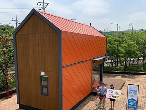 농협 하나로마트 관계자들이 이동이 쉬운 조립식 모듈 주택 '하루홈'을 선보이고 있다.