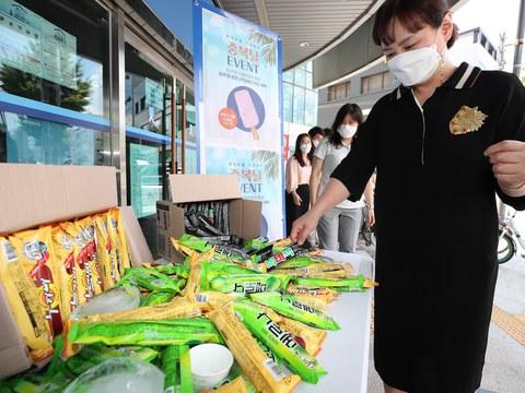 서울지역에 폭염경보가 내려진 중복(中伏)인 21일 오전 서울 송파구 송파1동 주민센터에서 준비한 아이스크림을 시민들이 고르고 있다.
