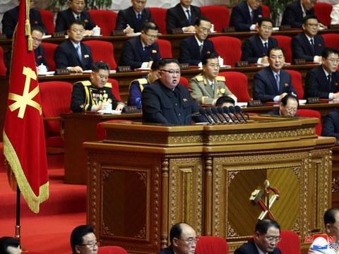 김정은 노동당 총비서가 13일 8차 당대회를 마무리하며 군사력 강화에 대한 의지를 다시 드러냈다.