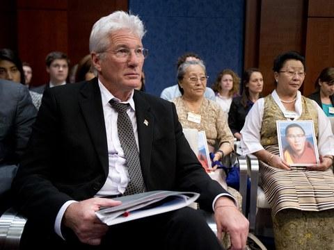 영화 배우 리처드 기어가 지난 2016년 미국 의회 톰 랜토스 인권위원회 청문회에 참석해 티벳 인권문제에 관한 발언을 경청하고 있다.