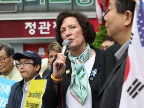 지난 2018년 서울 중구 명동 주한중국대사관 앞에서 '한반도 인권과 통일을 위한 변호사 모임' 등 북한 인권단체로 열린 탈북민 석방 촉구 기자회견에서 수잰 숄티 북한자유연합대표가 중국 정부에 탈북민 강제송환을 하지 않을 것을 촉구하고 있다.