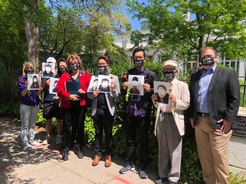 수잔 숄티 대표(왼쪽 네번째)와 북한인권 운동가들은 지난달 30일 미 워싱턴 DC 주재 한국 대사관 앞에서 중국 억류 탈북민들의 한국 송환을 촉구하는 집회를 가졌다.