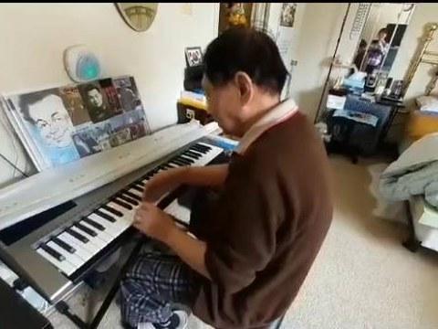 강원도 안변 출신 김상용 씨가 피아노를 치고 있다.
