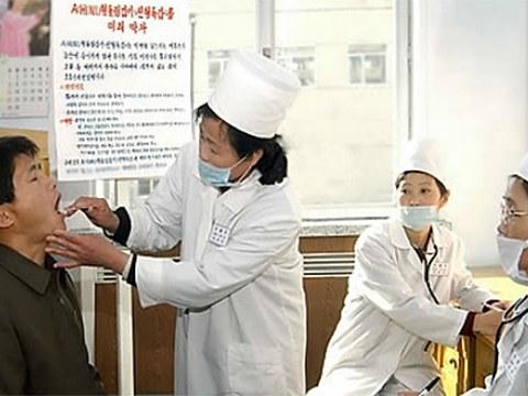 사진은 북한 평양 모란봉 구역에 있는 북새 종합진료소에서 한 시민이 신형독감 예방검진을 하는 모습.