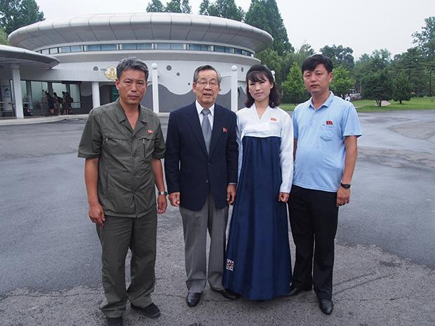 평양 방문 중, 정종렬 교수 (왼쪽에서 두 번째)가 평양 중앙 동물원 관계자들과 함께.