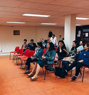 탈북난민들과 자원봉사자들이 함께 모여 이야기를 나누는 모습.