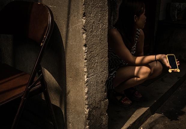 길 거리에서 성매매 고객을 기다리는 여성.