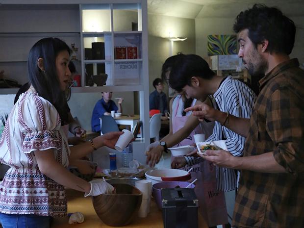 북한음식들을 나누는 관객들.