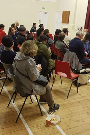커넥트 북한 행사에 참여하여 탈북민들 이야기를 듣고 있는 시민들.