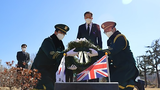 사진은 황기철 국가보훈처장이 지난 2월 19일 부산시 남구 유엔기념공원을 방문해 6·25전쟁영웅으로 선정된 윌리엄 스피크먼 영국 참전용사 묘역을 찾아 헌화하는 모습.
