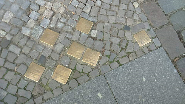 독일 인도에 새겨진 이름 동판들.